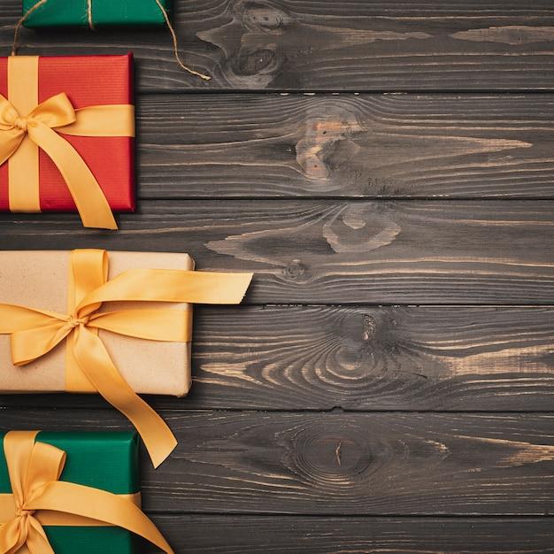 Płaskie ukształtowanie kolorowych świątecznych prezentów ze wstążką