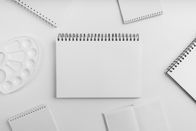 Płaskie ukształtowanie koncepcji biurka artysty z miejsca na kopię