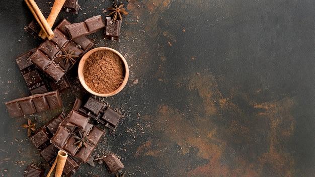 Płaskie ukształtowanie koncepcji czekolady z miejsca kopiowania