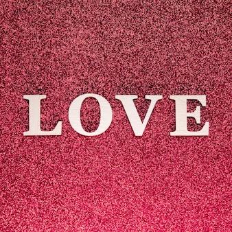 Płaskie ukształtowanie koncepcji miłości na tle jasnego różowego blasku