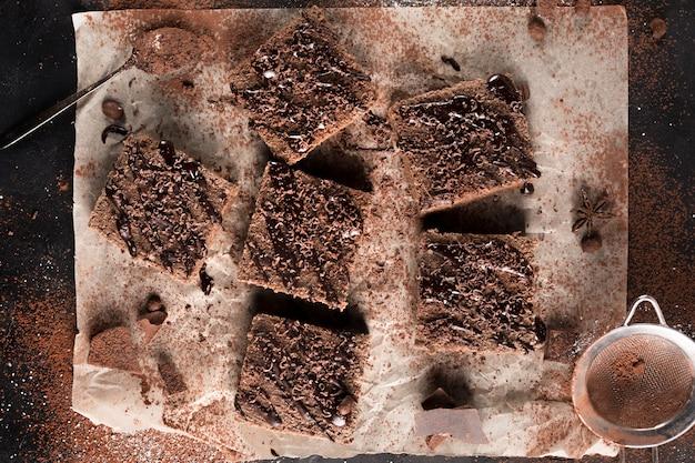 Płaskie ukształtowanie koncepcji pyszne ciasto czekoladowe