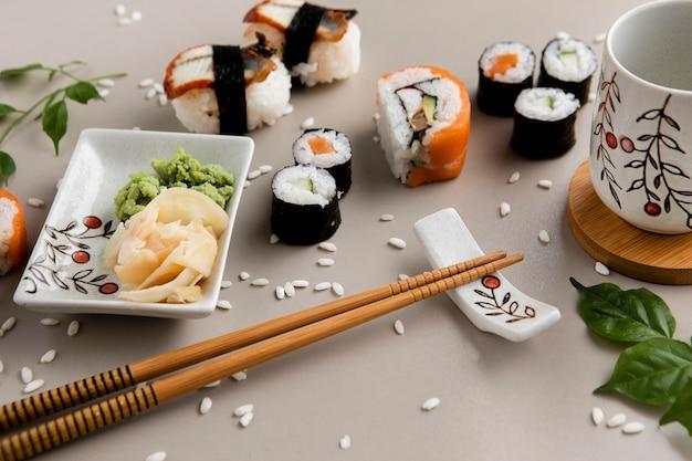 Płaskie ukształtowanie koncepcji pysznego sushi