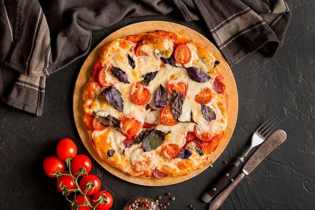 Płaskie ukształtowanie koncepcji pysznej pizzy