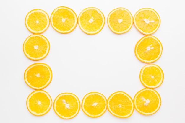 Płaskie ukształtowanie koncepcji ramki plastry pomarańczy