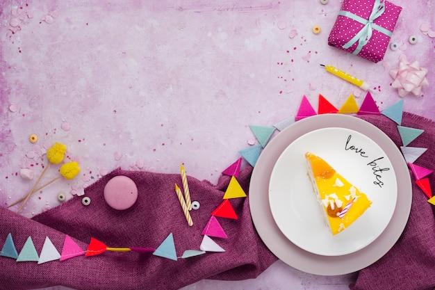 Płaskie ukształtowanie kromka ciasta na talerzu z teraźniejszości i kopii przestrzenią