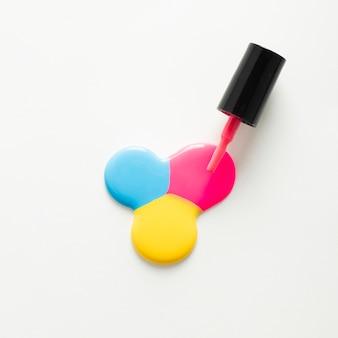 Płaskie ukształtowanie lakierów do paznokci na prostym tle