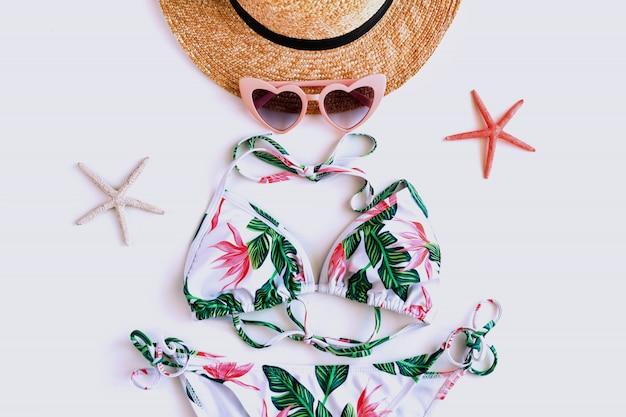 Płaskie ukształtowanie letniego przedmiotu z kolorowym bikini