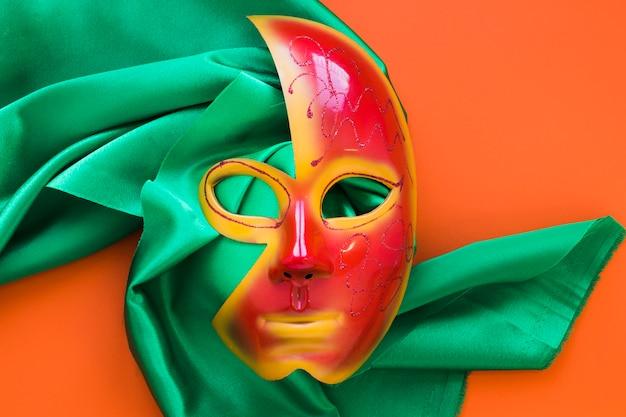 Płaskie ukształtowanie maski na karnawał na tkaninie