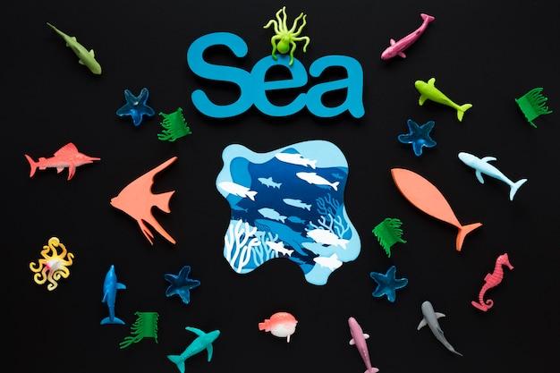 Płaskie ukształtowanie morza z rybami