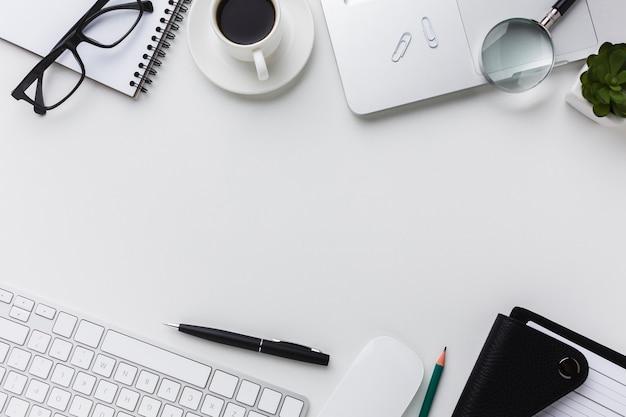 Płaskie ukształtowanie niezbędnych elementów na pulpicie