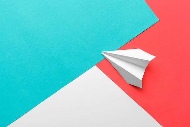 Płaskie ukształtowanie płaszczyzny białego papieru i czystego papieru na pastelowym niebieskim tle koloru
