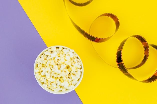 Płaskie ukształtowanie popcornu dla koncepcji kina