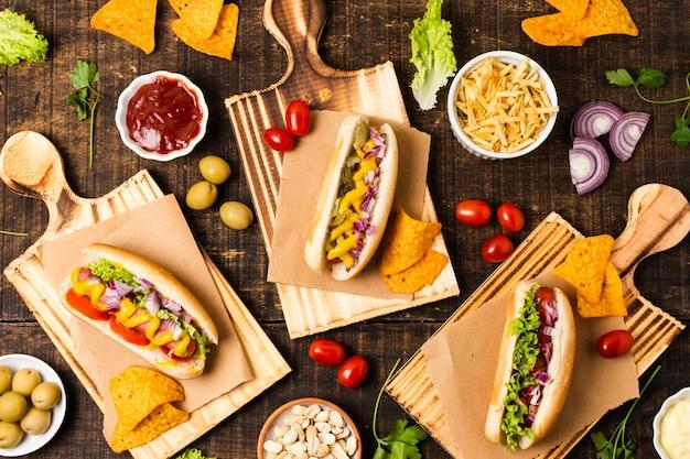 Płaskie ukształtowanie posiłku fast food na stole z drewna