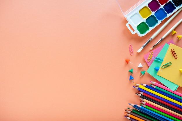 Płaskie ukształtowanie przyborów szkolnych na kolor tła.
