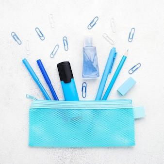 Płaskie ukształtowanie przyborów szkolnych z spinaczami i ołówkami