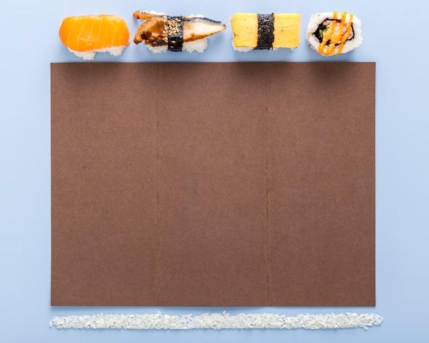 Płaskie ukształtowanie pustego menu z ryżem i sushi