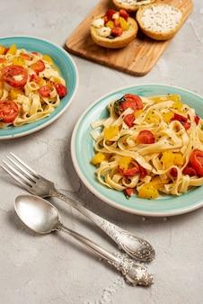 Płaskie ukształtowanie pyszne włoskie jedzenie na prostym tle