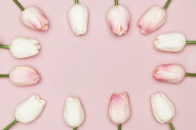 Płaskie ukształtowanie ramki tulipanów na dzień matki
