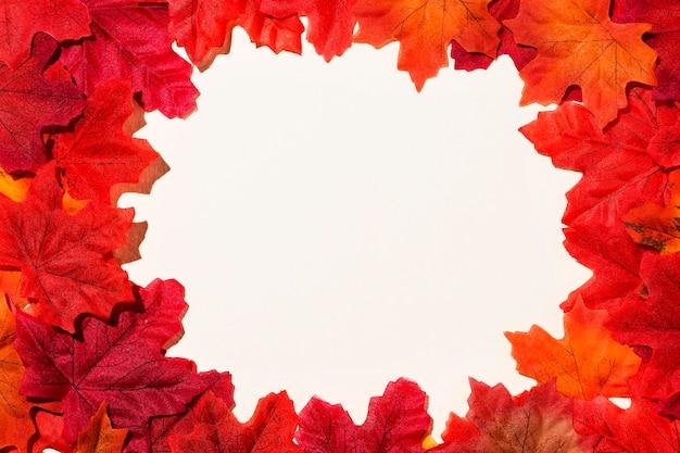 Płaskie ukształtowanie ramy jesiennych liści