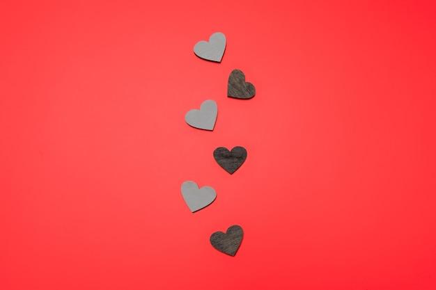 Płaskie ukształtowanie serc w linii na czerwono