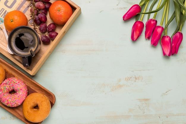 Płaskie ukształtowanie słodkiego śniadania i tulipanów