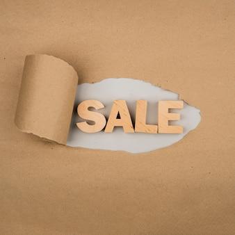 Płaskie ukształtowanie słowa sprzedaży na papierze rzemiosła