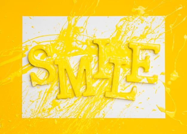 Płaskie Ukształtowanie Słowa Uśmiech Z Farbą Darmowe Zdjęcia