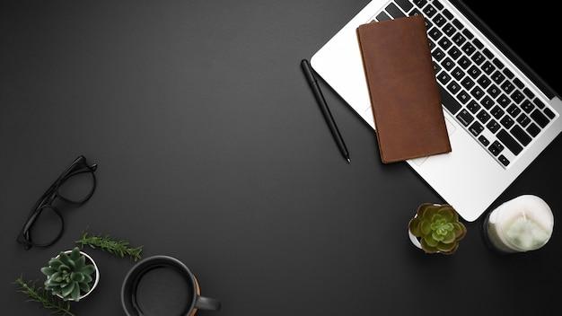 Płaskie ukształtowanie stacji roboczej z miejscem do kopiowania i laptopem