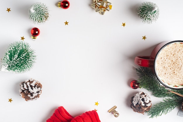 Płaskie ukształtowanie świątecznej dekoracji z miejsca na kopię.