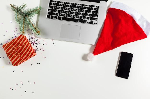 Płaskie ukształtowanie świątecznych dekoracji miejsce pracy w biurze