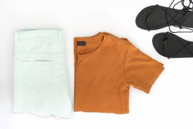 Płaskie ukształtowanie ubrań i akcesoriów dla kobiet z butami.
