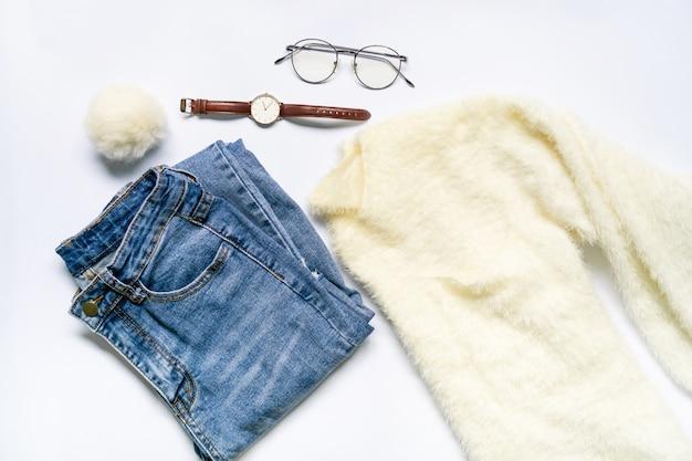 Płaskie ukształtowanie ubrania kobiety i akcesoria w okularach, zegarek.