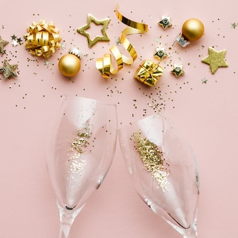 Płaskie ukształtowanie uroczystości. kieliszki do szampana i świąteczna dekoracja