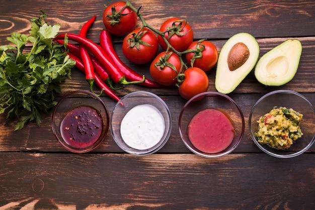 Płaskie ukształtowanie warzyw i sosów