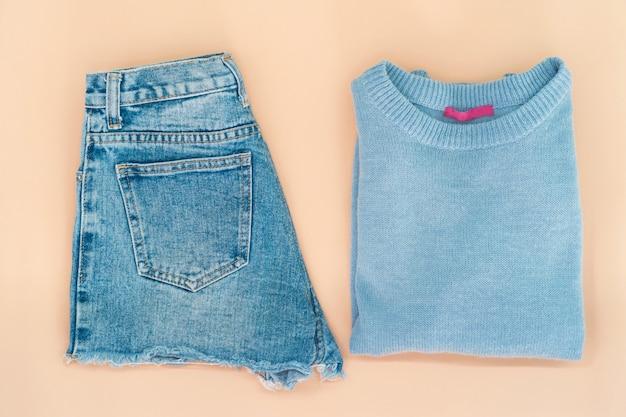 Płaskie ukształtowanie zestaw ubrań i akcesoriów kobieta. modny mody żeński tło.