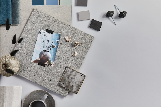 Płaskie ułożenie kreatywnej kompozycji moodboardów dla architektów z próbkami materiałów budowlanych, tekstylnych i naturalnych oraz osobistych akcesoriów. widok z góry, szare tło, szablon.