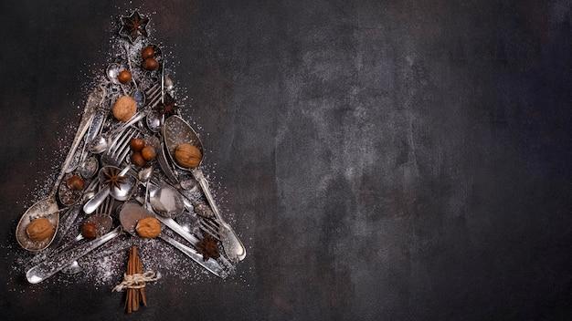 Płaskie ułożenie kształtu choinki z przyborów kuchennych i miejsca na kopię