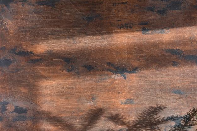 Płaskie ułożenie laptopa na vintage drewniany pulpit, widok z góry na biurko z cieniami, twarde światło.