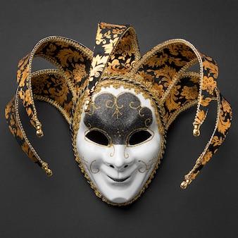 Płaskie ułożenie maski na karnawał