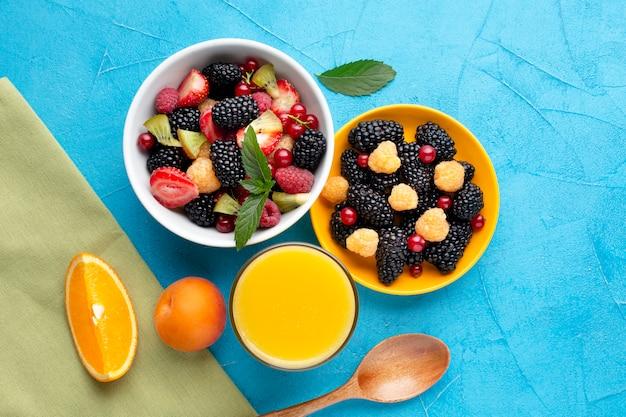 Płaskie ułożenie misek jagód i owoców