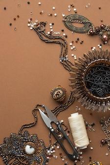 Płaskie ułożenie niezbędnych elementów do pracy z koralikami z nożyczkami i miejsca na kopię