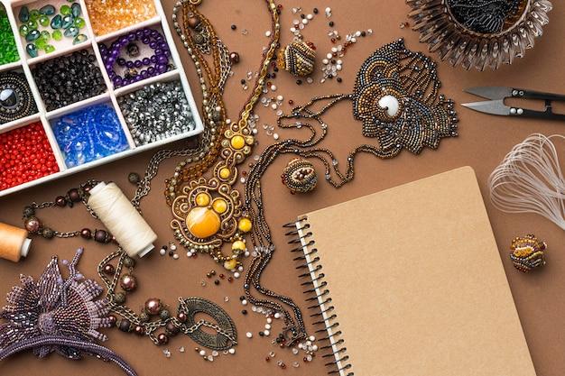 Płaskie ułożenie niezbędnych elementów do pracy z koralikami z nożyczkami i nicią
