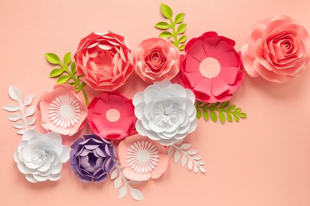 Płaskie ułożenie pięknych kwiatów na dzień kobiet