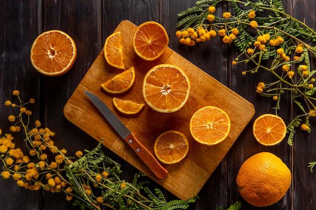 Płaskie ułożenie pokrojonych owoców cytrusowych