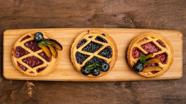 Płaskie ułożenie pysznych ciast owocowych ze śliwkami