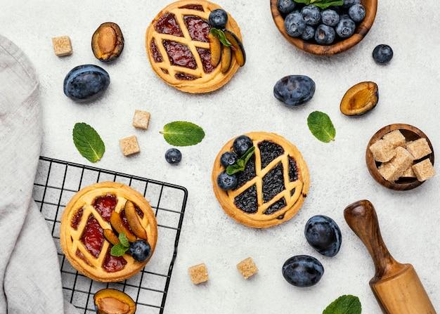 Płaskie ułożenie pysznych ciast z owocami