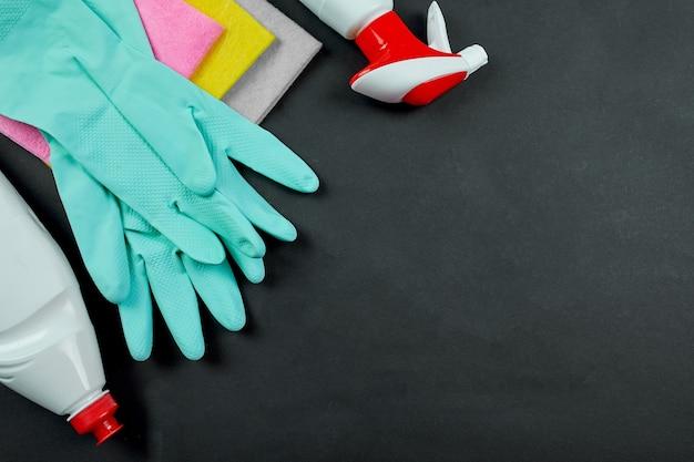 Płaskie ułożenie różnych produktów do czyszczenia domu na czarnym stole