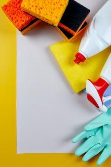 Płaskie ułożenie różnych produktów do czyszczenia domu na szarym stole