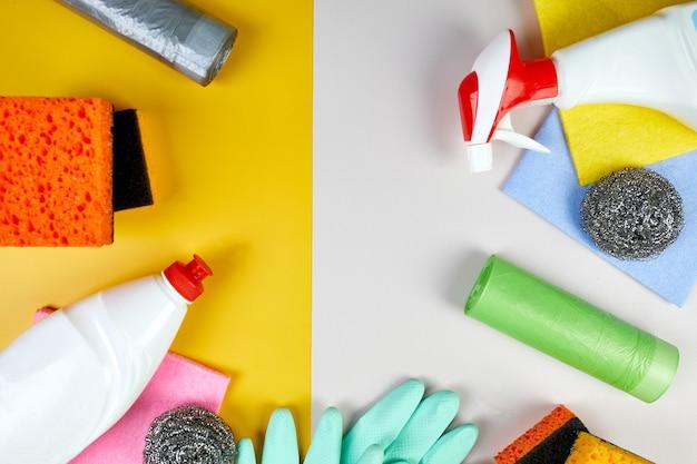 Płaskie ułożenie różnych produktów do czyszczenia domu na tabeli kolorów