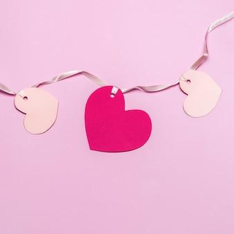 Płaskie ułożenie różowych serc papierowych